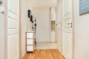 Velkommen inn - det er praktisk med flislagt gulv i entreen