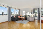 Lys og koselig stue i 1. etasje med store vinduer og flott utsyn