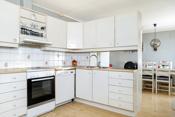 Stort kjøkken med praktisk innredning og god spiseplass.