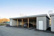 Parkering i carport med tilknyttet bod.
