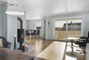 Lys og koselig stue med nyere peisovn og skyvedør ut til den store terrassen