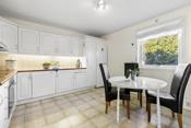 Det er god plass til kjøkkenbord på kjøkkenet. Hvitevarer medfølger også handelen