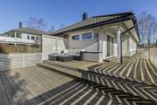 Nyere og utvidet terrasse med svært gode solforhold
