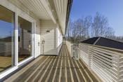 Det er praktisk med langsgående terrasse. Her er det nyere rekkverk og gulv