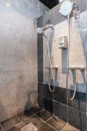 Eget stort dusjhjørne for 2 personer