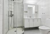 Meget pent bad med fliser på gulv og vegg- varmekabel i gulv