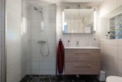 Lyst, delikat bad med flislagt gulv og vegger