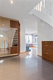 Sto entré med fliser på gulv med varmekabler- trapp opp til 2. etg.