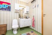 Bad med installert wc, dusjkabinett, opplegg til vaskemaskin og servant