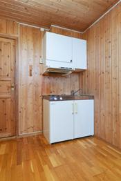 Liten kjøkkenkrok med enkel innredning