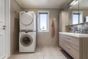 Nyere meget flott flislagt bad- opplegg til vaskemaskin og tørketrommel