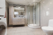 Badet har baderomsinnredning, wc og dusjkabinett