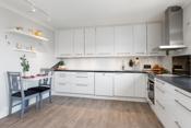Kjøkkenet har integrerte hvitevarer- masse skap og benkplass