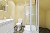 Bad 2. etg. med installert dusjkabinett, wc og innredning