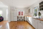 Lyst pent kjøkken med godt med banke- og skapplass