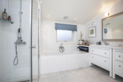 On-suite bad med badekar, dusj og dobbelt vask