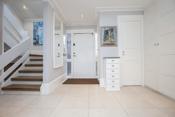 Romslig og innbydende entré med både lagring og gjeste-wc