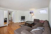 Stue i kjellerdel som er definert som disponibelt rom med egen inngang
