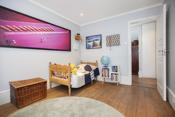 Soverom 2 - Romslig barnerom med rikelig med skapplass