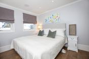 Master bedroom med walk-in-closet, on suite bad og innfelte høytallere i tak