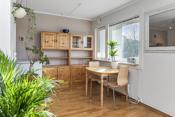 Stue/kjøkken med plass til spisebord.