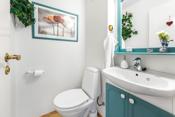 WC med toalett og servant.