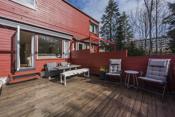 Sydvendt terrasse på ca 25 kvm med gode solforhold.