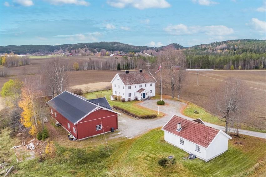 Vestmarkavegen 478 og 480 er et nydelig gårdstun på ca. 4,5 mål.