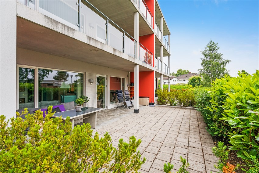 Nyere eierleilighet oppført 2007 i 1. etg. Terrasse med gode solforhold. Praktisk og lettstelt. Lukket parkering.