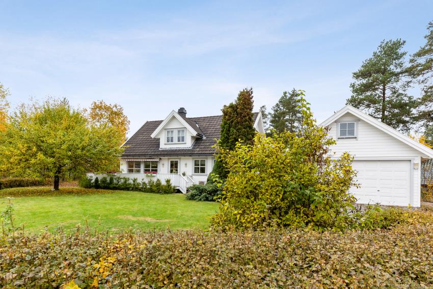 Tomten er pent opparbeidet med plen, hekk, diverse busker og solrike uteplasser både foran og bak boligen.