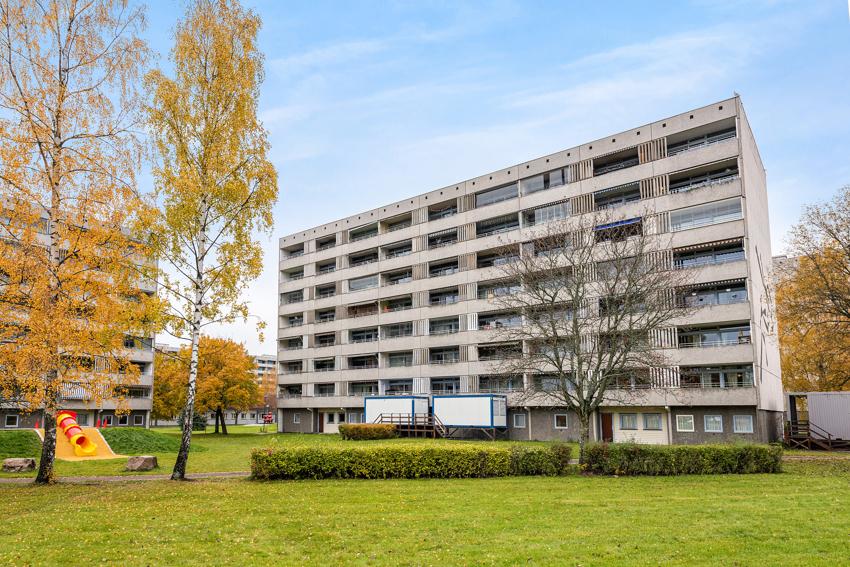 Leiligheten ligger med heisadkomst i byggets sjette etasje, og har utgang fra stuen til en solrik, vestvendt balkong.