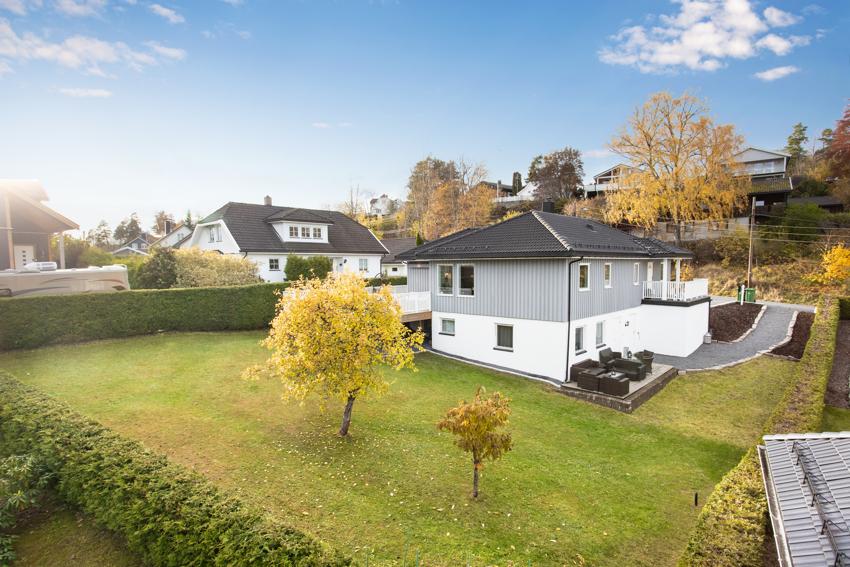 Nedre Grønliveien 6 er en flott og moderne innredet bolig med utleileilighet - Stor hage og stor terrasse!