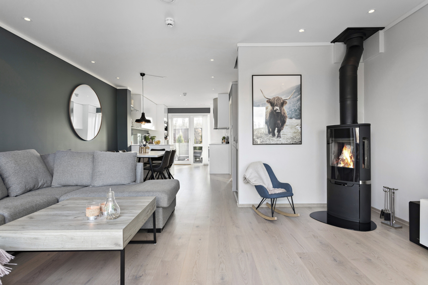 Proaktiv v/ Hauge presenterer Nordbygrenda 35 - Strøkent enderekkehus med påkostet standard, god planløsning, takterrasse, carport m.m.