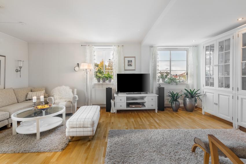 Proaktiv Eiendomsmegling v/Ingrid Drevvatne (tlf 970 59 237) har gleden av å presentere en lys og moderne 3-roms leilighet med en rekke gode kvaliteter og en etterspurt beliggenhet på Persaunet Leir.