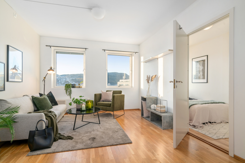 Proaktiv eiendomsmegling ved André Danielsen har gleden av å presentere en pen 2-roms midt i sentrum. Leilighetens plassering i 6. etg. gir god skjerming for støy samtidig som det ikke er noe innsyn.