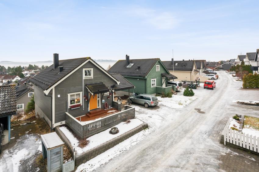 Proaktiv Eiendomsmegling ved André Danielsen har gleden av å presentere en tiltalende enebolig på attraktive Lundåsen. Solrik eiendom. Bymarka som nærmeste nabo.