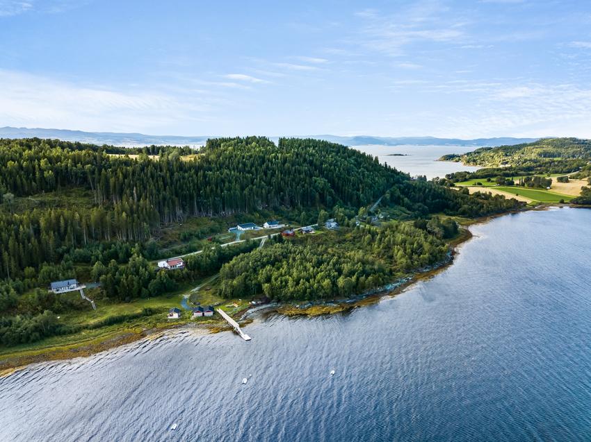 Velkommen til Ytterøya - Trondheimsfjordens perle! Hyttefeltet har en utsøkt beliggenhet ca. 1,5 km fra fergeleiet Hokstad. Nærheten til fergeleiet gjør at du kan sette igjen bilen på Levanger og få en kort rusletur bort til hytta.