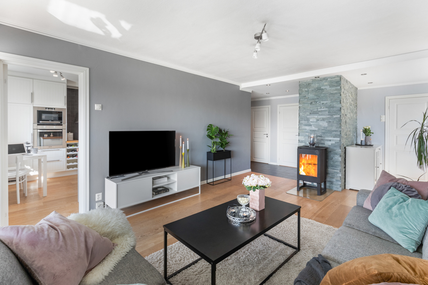 Proaktiv Eiendomsmegling ved Kristoffer Menne har gleden av å presentere en lys og moderne 4-roms toppleilighet med en sentral beliggende i et familievennlig område på Nardo.