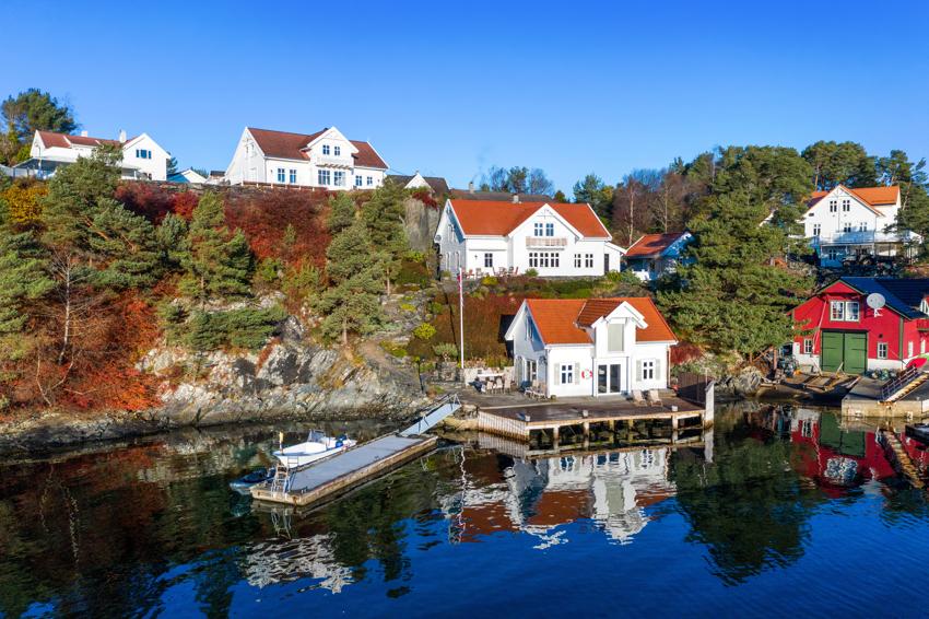 En fantastisk eiendom ved sjøen på Lepsøy - ca 40m strandlinje med stort naust og flott brygge- og kaianlegg .