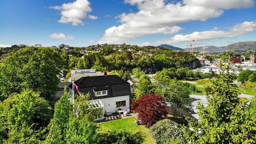 Huset ligger på naturlig høydedrag med gode solforhold