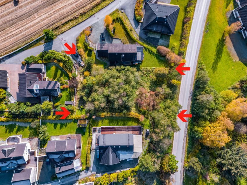 Vassfjellvegen 9 er en romslig tomt like ved Kvål sentrum. Solrik beliggenhet i et godt etablert boligområde.