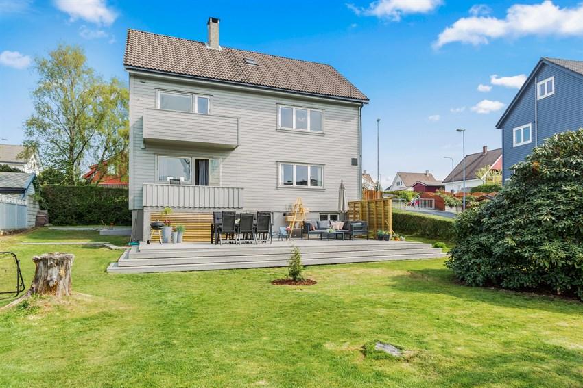 Modernisert bolig med oppgraderte boenheter, stor skjermet sydvendt hage med garasjetomt.