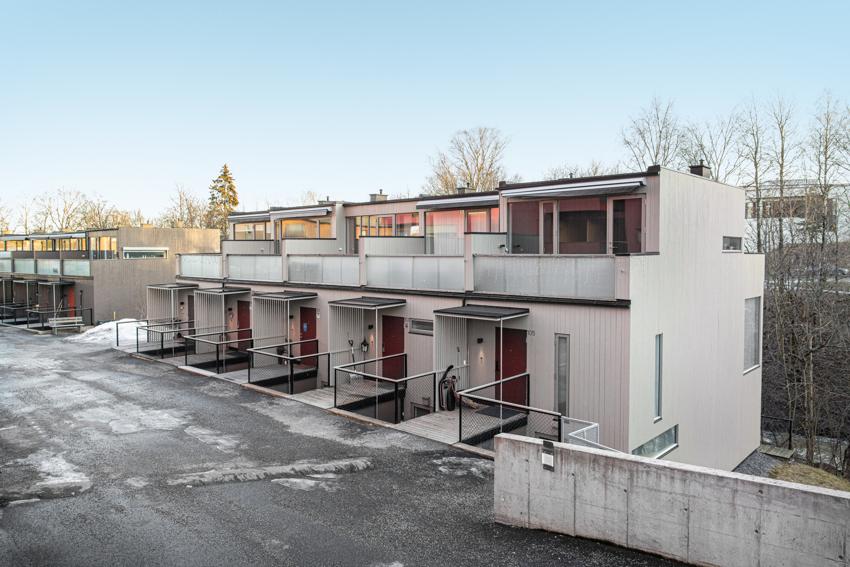 Henrik Ibsens vei 101 presentert av PROA - Lekkert Townhouse med idyllisk beliggenhet ved Sagelva.