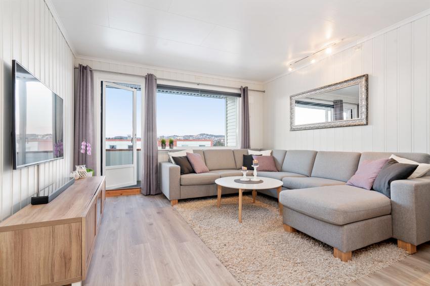 Proaktiv Eiendomsmegling ved André Danielsen har gleden av å presentere en innbydende 3-roms leilighet beliggende i toppetasjen. Leiligheten holder en gjennomgående god standard.