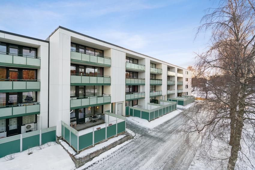 Proaktiv Eiendomsmegling ved André Danielsen har gleden av å presentere en romslig 4-roms leilighet. Flott beliggenhet i feltet med fritt utsyn, uten innsyn. Stor balkong med svært gode solforhold. Oppussing må påregnes.
