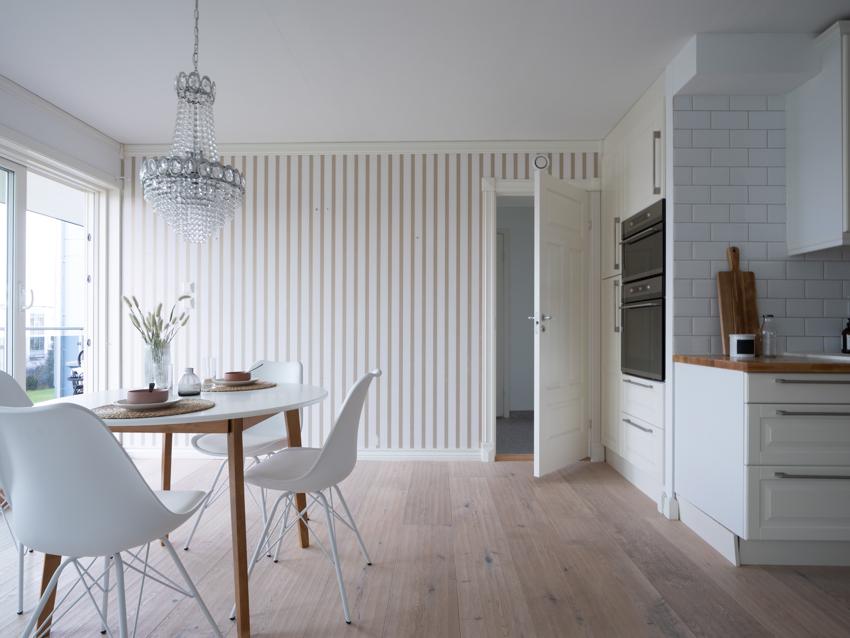 Proaktiv Eiendomsmegling har fått for salg en modernisert flott leilighet med kjekk beliggenhet 2. etasje.