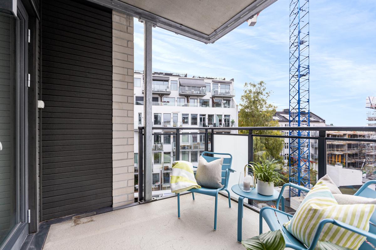 Vestvendt balkong på ca. 6,5m² med god plass til sittegruppe og grill. Prosjektet foran skal stå ferdig til sommeren.