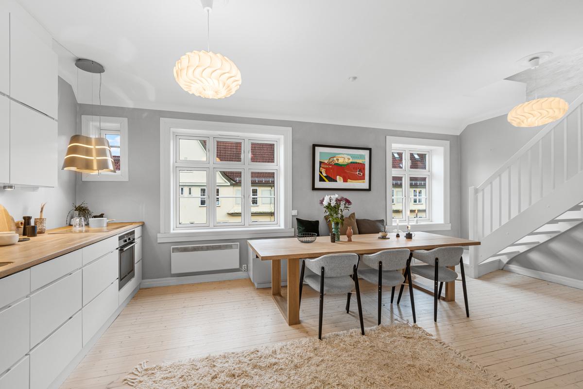 Velkommen til Trøndergata 6 og denne nydelige loftsleiligheten! Leiligheten er presentert av Lene Brekken i Schala & Partners eiendomsmegling.