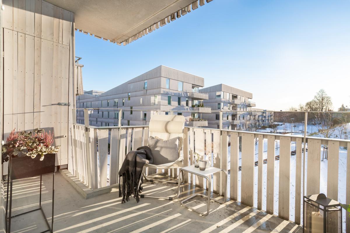 Balkongen fungerer som en forlengelse av boligen store deler av året. Her får du sol fra tidlig formiddag til kveldden, fra ca. kl. 10:30-18:30