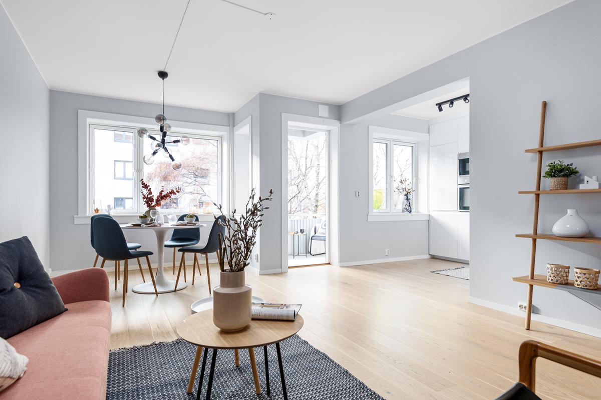 Velkommen til Kongsvingergata 1 A! Dette er en smakfull nyoppusset og gjennomført 3-roms med høy standard. Eierne har påkostet og oppgradert leiligheten med smakfulle og delikate løsninger i 2018-19.